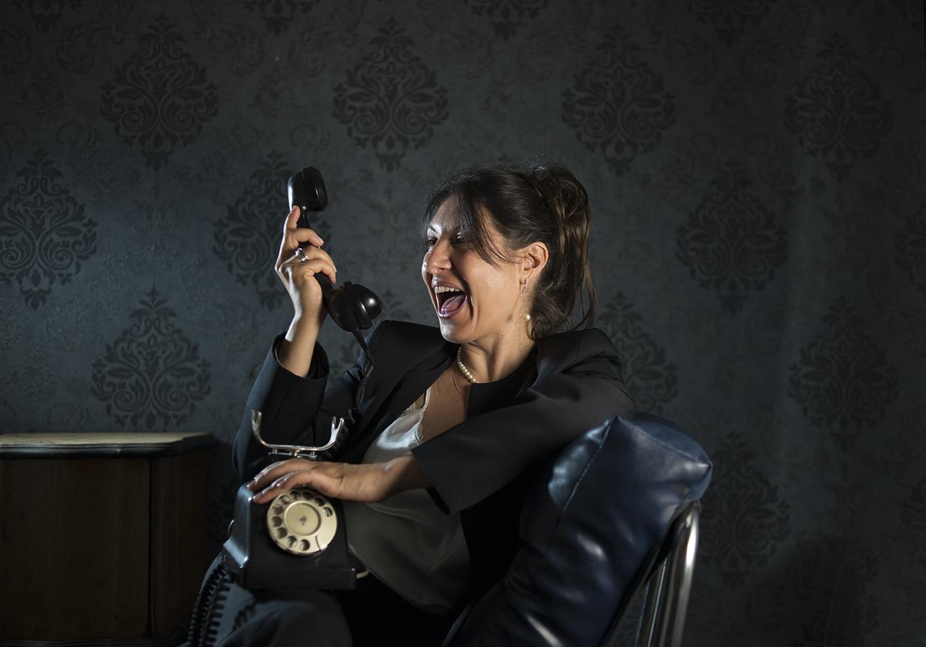 Caterina che finge di urlare al telefono. Foto Andrea Crivellari Photographie